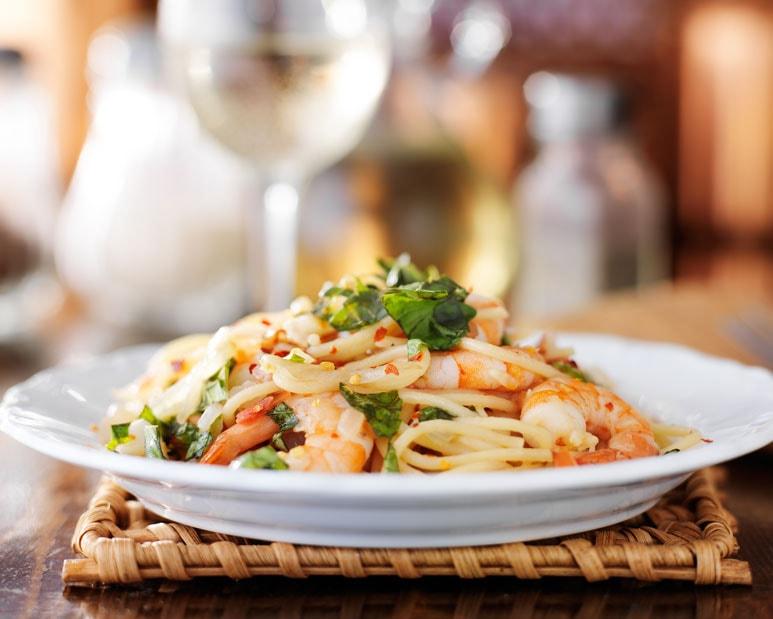 Pasta, mariscos y vino blanco italiano